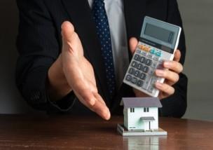 住宅を販売する男性