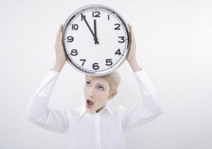 Frau halten Uhr mit offenem Mund
