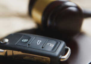 交通事故示談の基礎知識|弁護士に依頼するメリットと解決までにかかる期間について