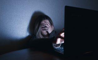 ネットで誹謗中傷を受けたときの対処法。専門業者に依頼してはダメ?
