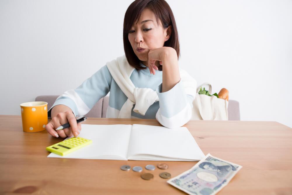 家計簿をつけて現在の収入と支出を把握する