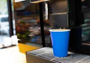 コンビニのコーヒー 100円カップに150円ラテ注いで逮捕