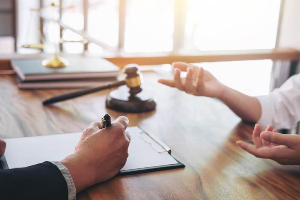 配偶者の不倫でお悩みの際は、弁護士にご相談ください