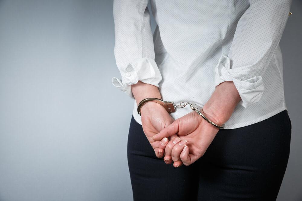 コンビニのコーヒー100円カップに150円ラテを注いで逮捕された事例