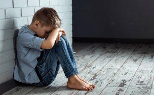 近所の子どもが虐待されているかもしれないときの適切な対処法とは?