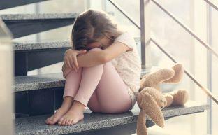 児童虐待で逮捕されるケースと罰則|親が逮捕されたら子供はどうなる?