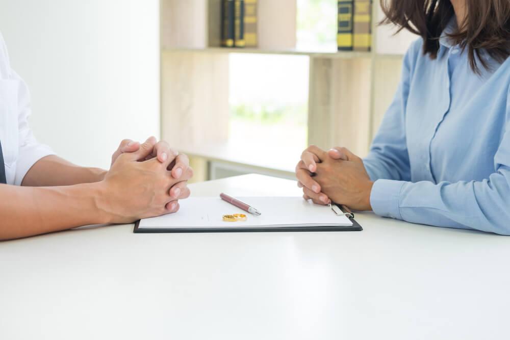 離婚後の苗字はどうなるの?