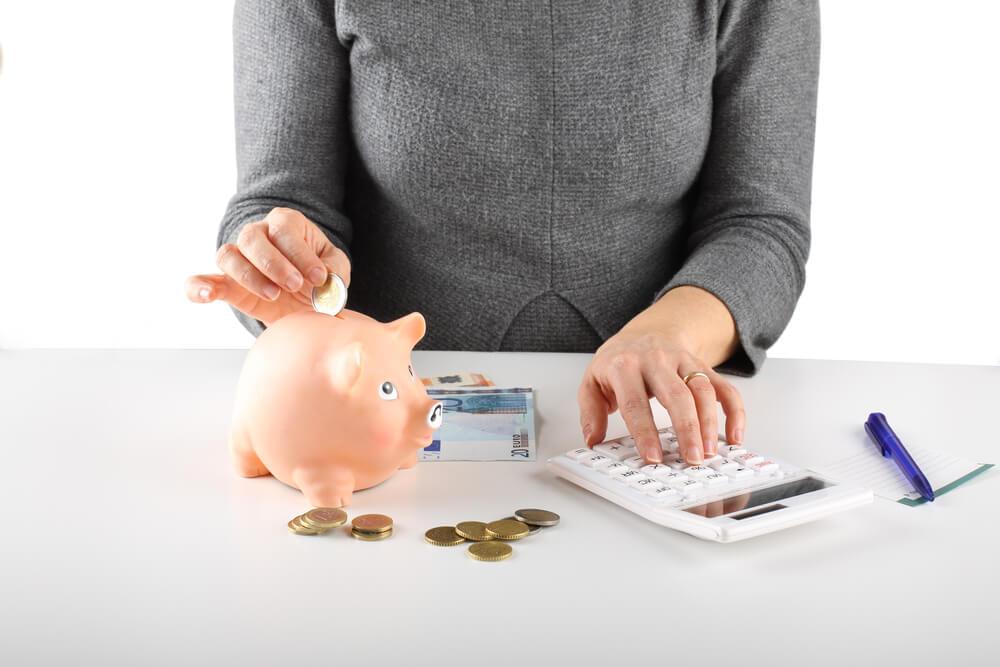 夫が働けないから生活が不安…家計の支出を抑えるコツ