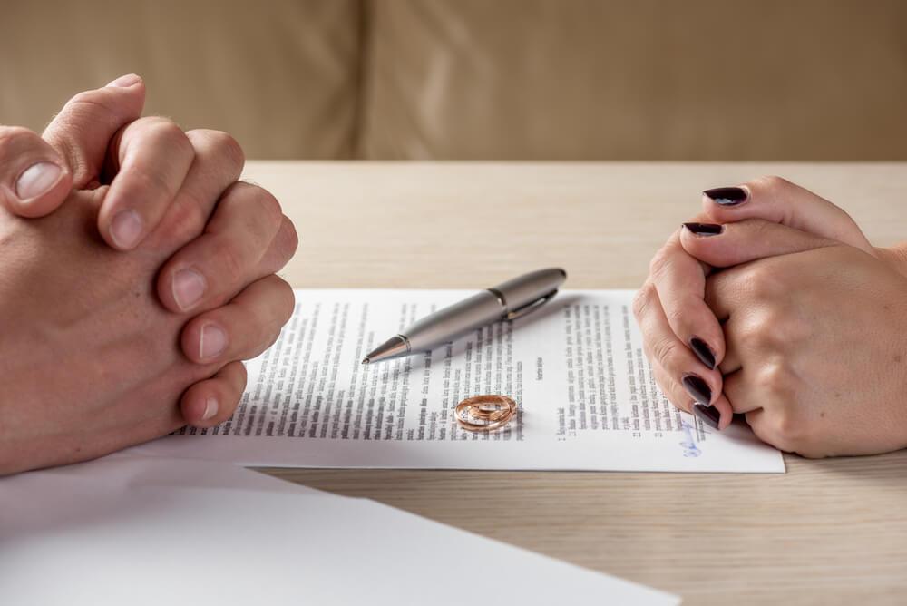 まずは離婚手続きを進める