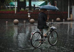 自転車の傘さし運転は犯罪!事故を起こしたら重責に問われる?