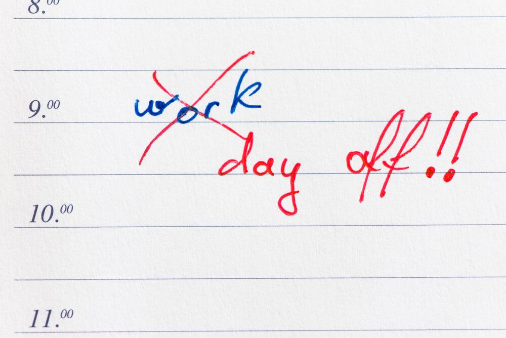 うちの会社は休みが少ない?判断基準からサービス残業の対処法まで解説