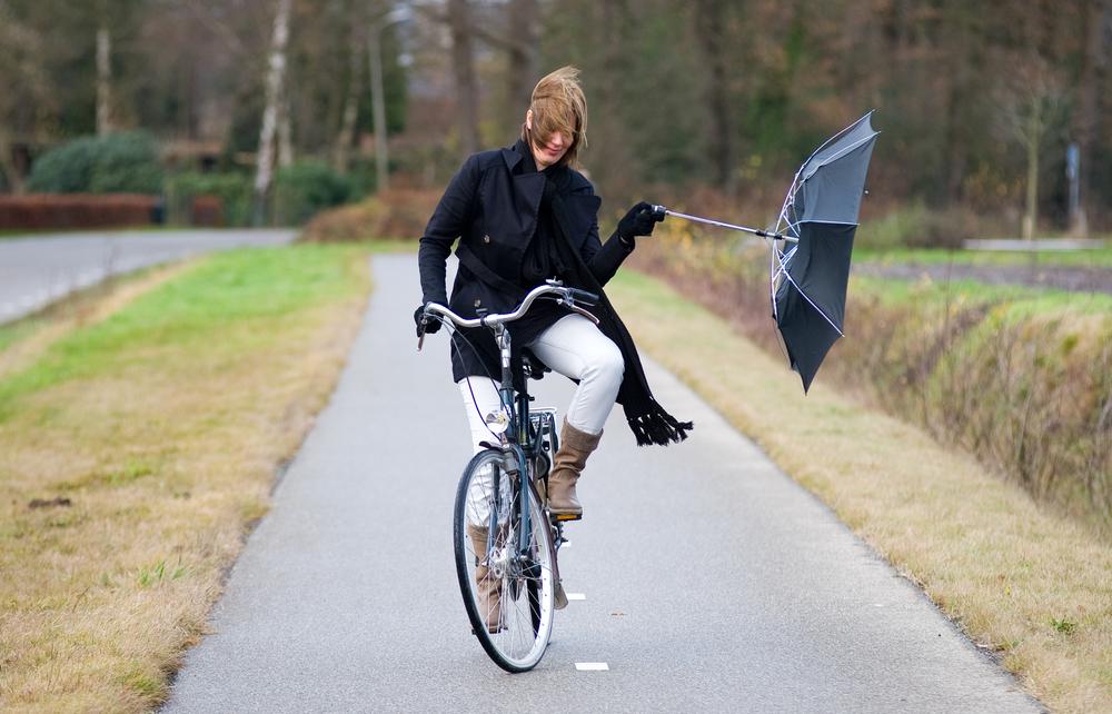 自転車の傘さし運転は「危険」-道路交通法に違反する