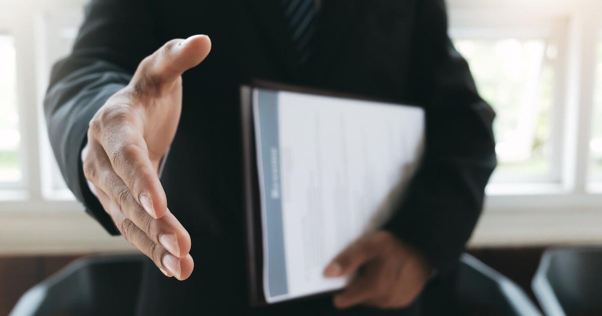 契約社員の契約を更新し続けると正社員になれるの?