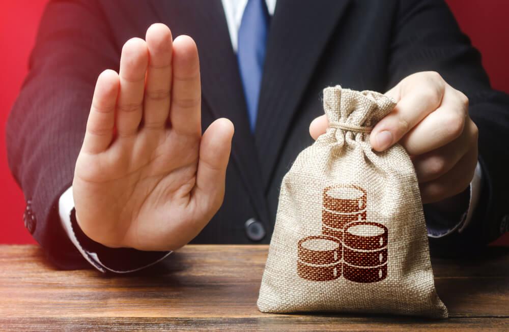 養育費を強制執行で獲得するなら、給料と預貯金口座の差し押さえを狙う!