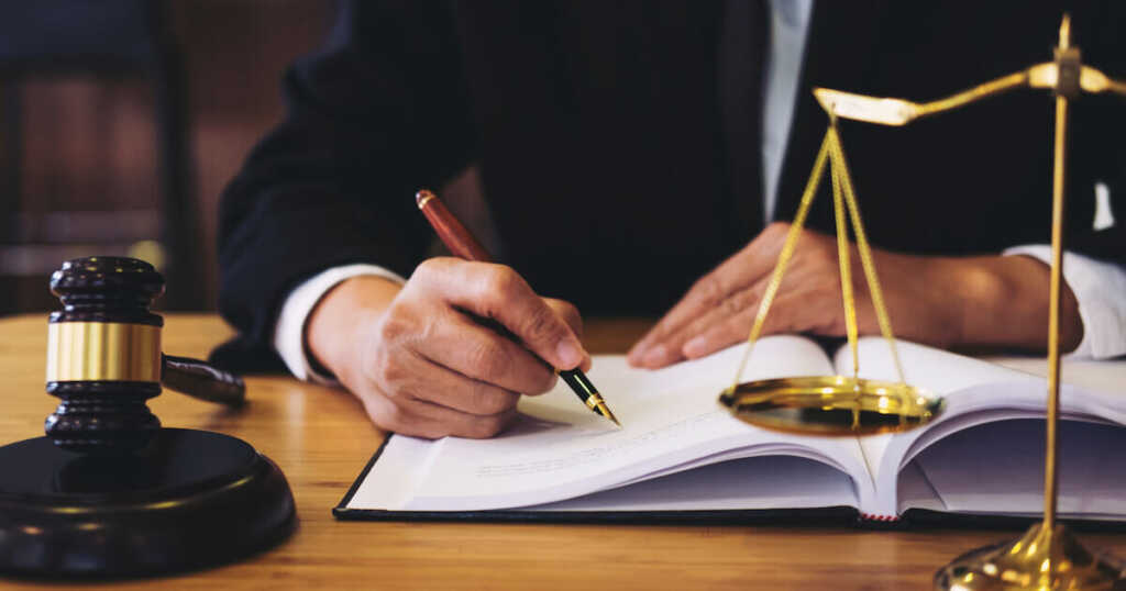 アコムへの過払い金返還請求は弁護士・司法書士に依頼すべき?