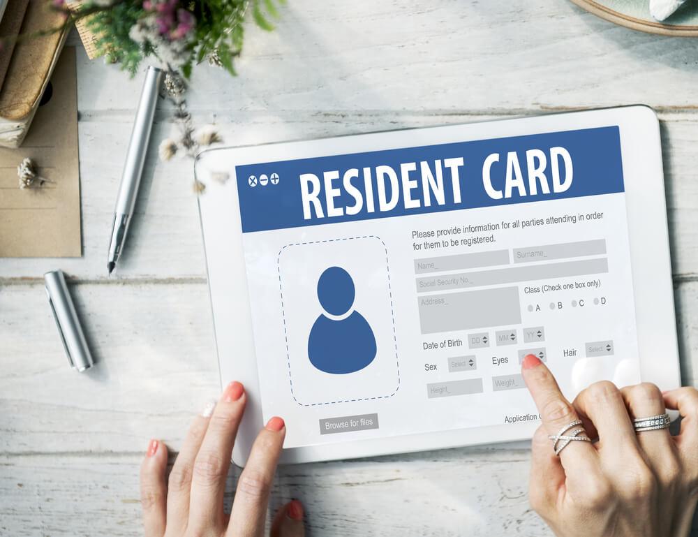 雇入れや離職の際は、在留カードを確認し、ハローワークへ届け出る義務がある