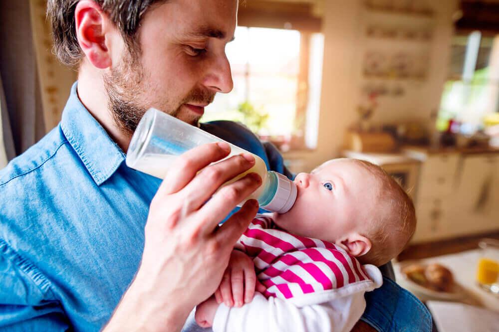 育児に取り組む夫=イクメンが増えている