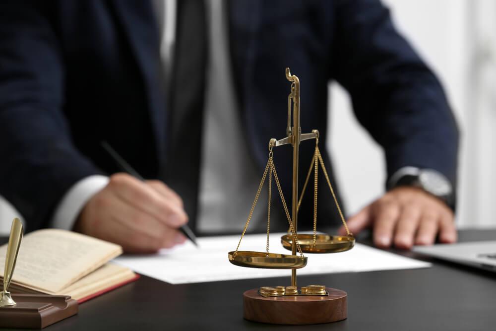 万引きで逮捕されたら弁護士に依頼するべき?依頼するメリットとデメリット