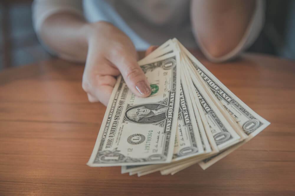 息子の借金を親が立て替えて支払うべきか?