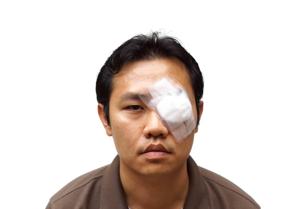 被害者が失明した場合には賠償額が5000万円以上になるケースも
