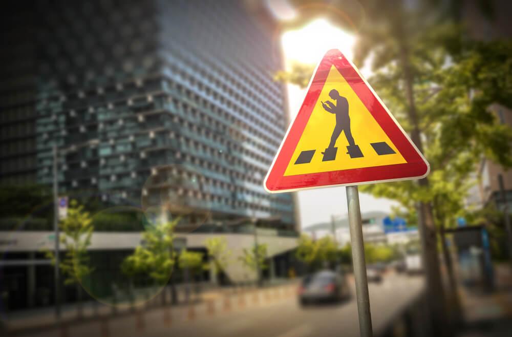 歩きスマホでの逮捕|歩きスマホを取り締まる法律はある?