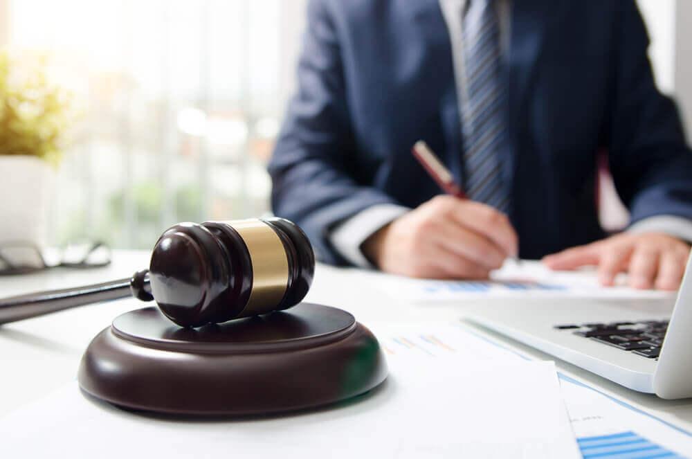 借金をする配偶者との離婚をお考えなら弁護士へ相談を