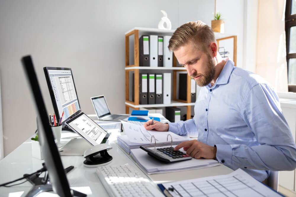 未払い残業代を請求するのは在職中と退職後のどちらがよい?