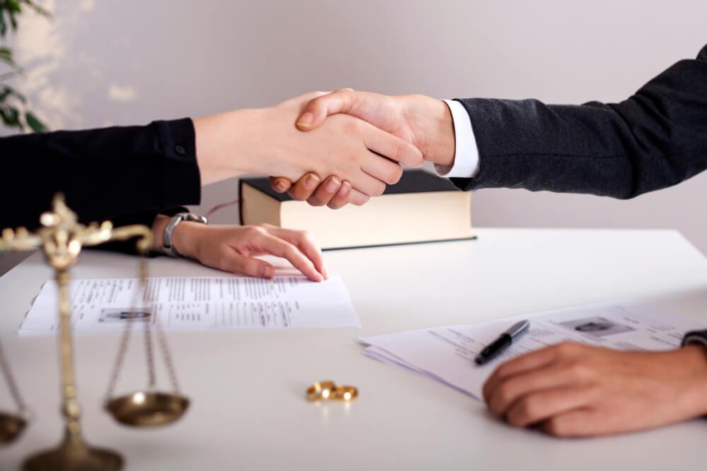 ダブル不倫での慰謝料請求は弁護士に依頼したほうがいい?