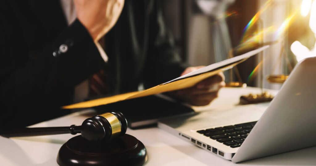 書き込みを削除したいときの対処法②|弁護士に依頼