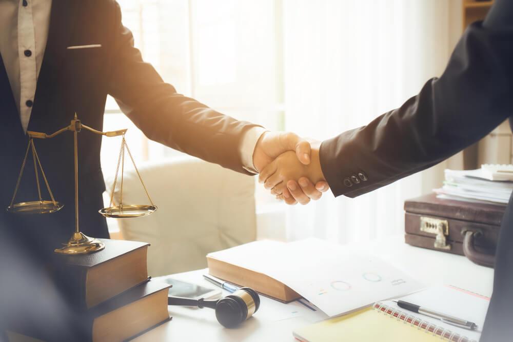クラッシャー上司へ法的手段をとる場合は弁護士へまずは相談