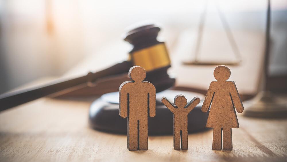 不貞行為が原因で離婚する場合、親権や養育費はどうなる?
